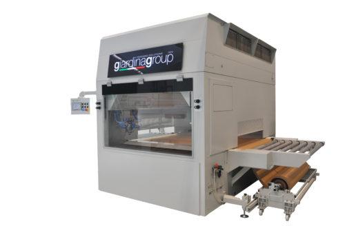 Economische uitvoering van Giardina. Ideale spuitautomaat voor primeren, gronden en voorlak spuiten. Deze automaat wordt geleverd met een papierrol als transport. Voordeel is dat je snel kleuren kunt wisselen en kleinere producties IMTechnology